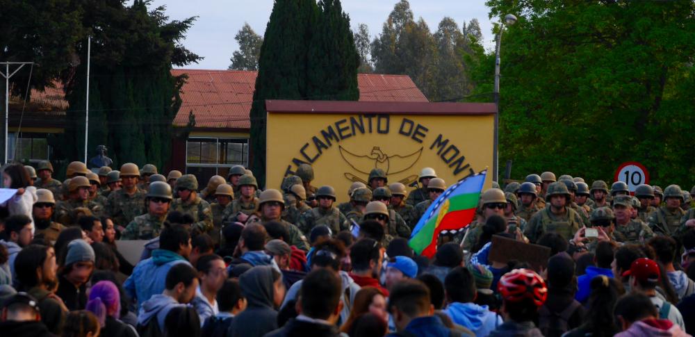 Protesta en contra de militares en las calles de Temuco, a las afueras del Destacamento de Montaña n8 Tucapel. 24 -10-2019. Fuente: Proyecto Aurora.
